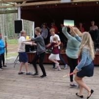 mõned isegi tantsivad